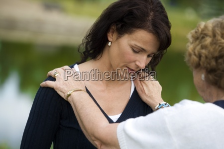 mujer mayor que consuela a su