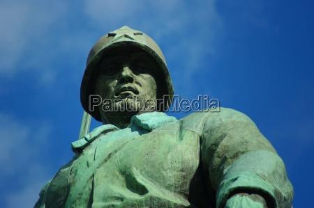 soldado en el monumento sovietico de