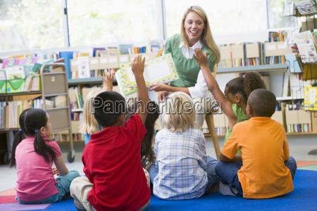 los estudiantes en clase de maestros