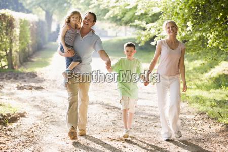 familia caminar al aire libre la