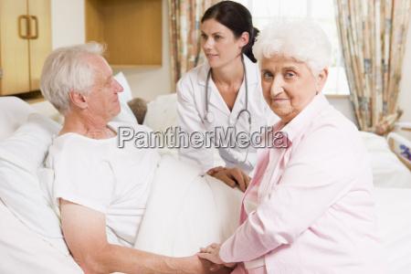doctor hablando a los pares mayores