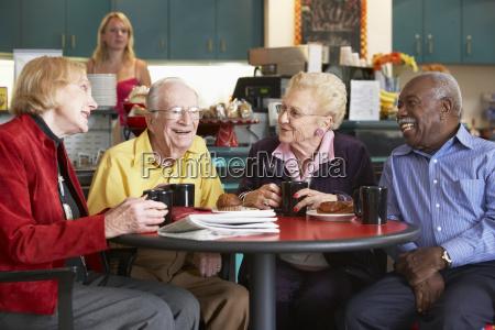 adultos mayores que comen te de