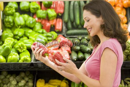 mujer de compras para los pimientos