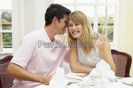 pareja joven que disfruta de la