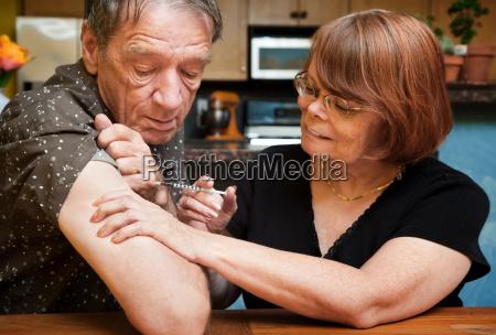 hombre y mujer con una pequenya