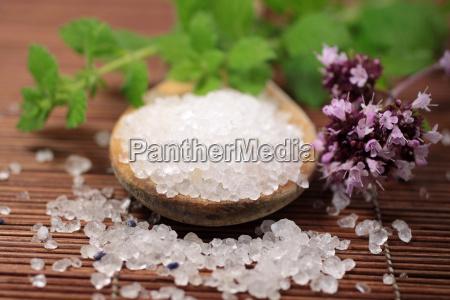 cuchara de madera con sal de