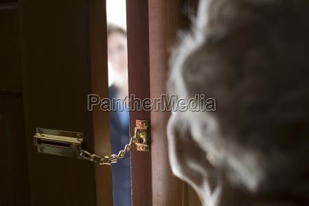 extranyo en la puerta