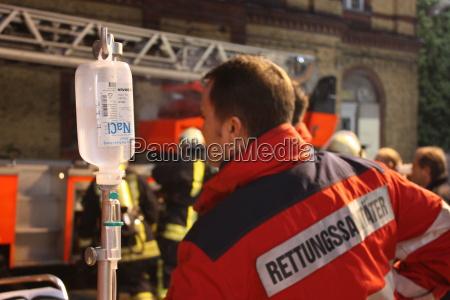 paramedico con la infusion
