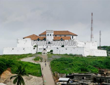 castillo de elmina en ghana cerca
