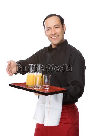 camarero sirvio el zumo de naranja