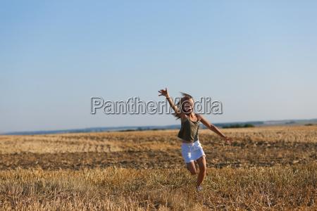 la muchacha se ejecuta en campo