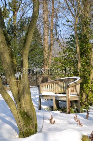 banco de jardin en invierno
