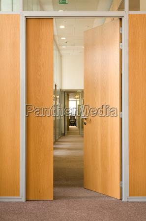 puerta en un pasillo