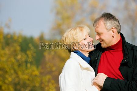 pareja de ancianos en el parque