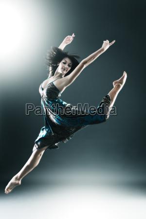 el bailarin moderno con estilo y