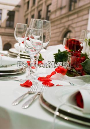mesa de banquete cubierto con la