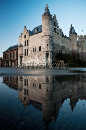 monumento reflexion europa belgica espejo fuerte