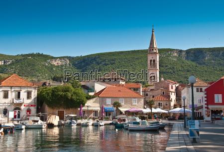 casas iglesia ciudad puerto barcos velero