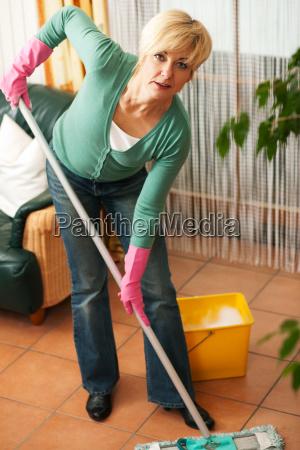la mujer limpia el suelo de