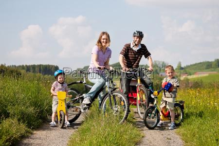 familia monta una bicicleta en el