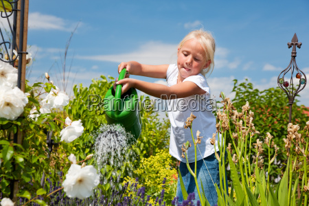 la ninya vierte las flores