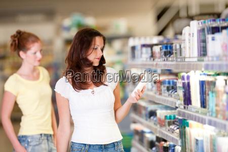 mujer compras supermercado seleccionar productos cosmeticos