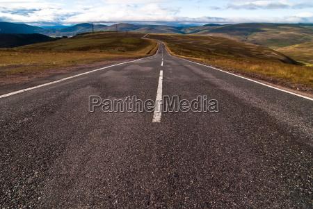 montanyas distante ancho asfalto camino naturaleza