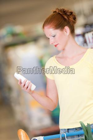 mujer marron compras supermercado seleccionar elegir
