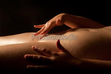 torso mojado desnudo de una mujer