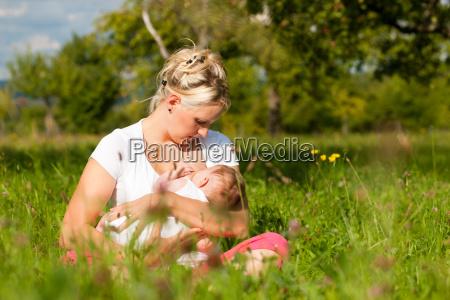 madre amamantando al bebe en la