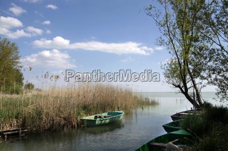 barcos pequenyos en el lago balaton