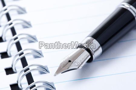pluma y cuaderno negros