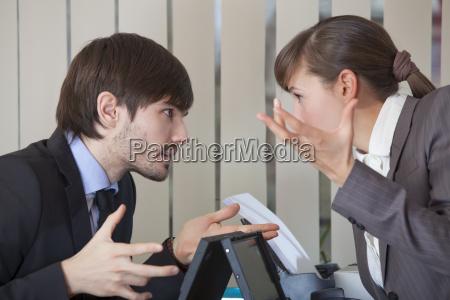 dos trabajadores de oficina en conflicto