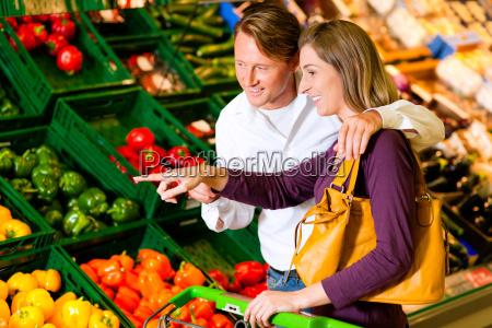 pareja en las verduras de los