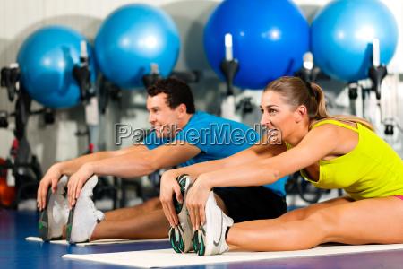 pareja en el gimnasio durante la