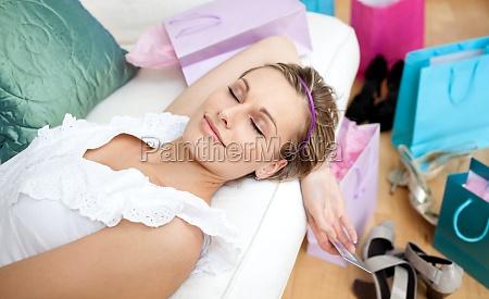 mujer feliz relajarse despues de un