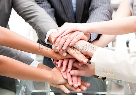primer plano de un socios multietnicas