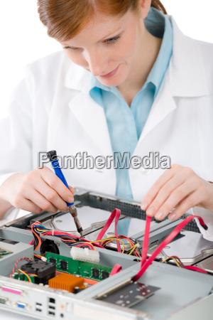 ingeniero de computacion de apoyo femenino