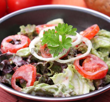 ensalada de hojas con tomate