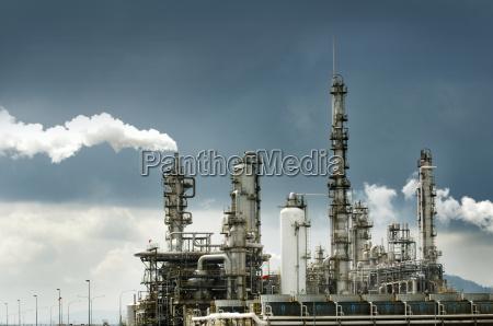 refineria de petroleo con humo