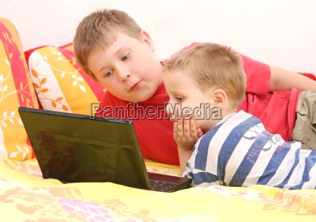hermanos en la computadora
