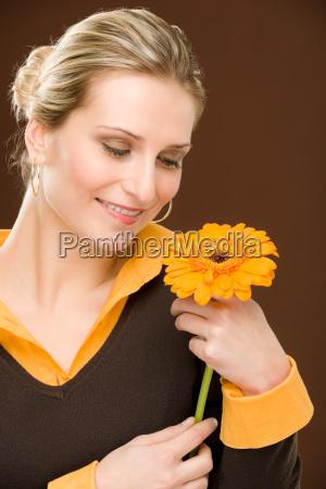 flor mujer romantica sostener gerbera margarita