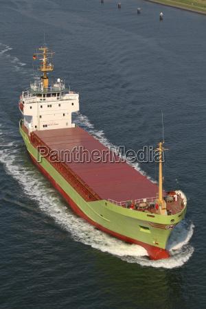 buque de carga en el canal