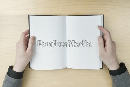 hombre leyendo un libro en blanco