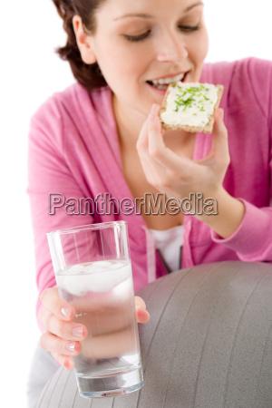 fitness mujer relax agua de vidrio