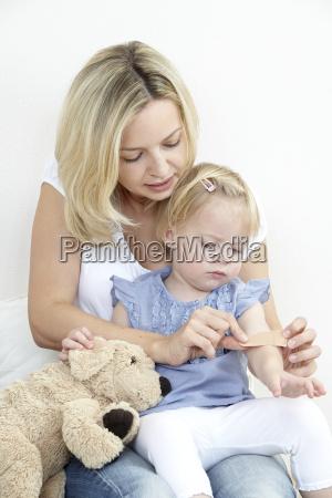 madre e hija con pavimento