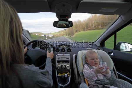 en la carretera con el bebe
