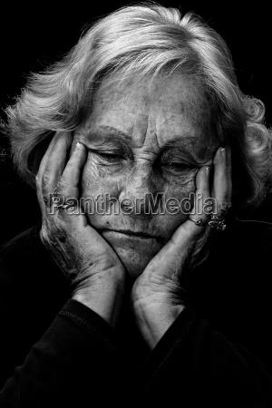 blanco y negro deprimida mujer mayor