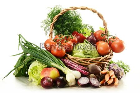 composicion con verduras crudas y cesta
