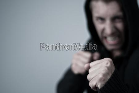 hombre joven agresivo en la posicion
